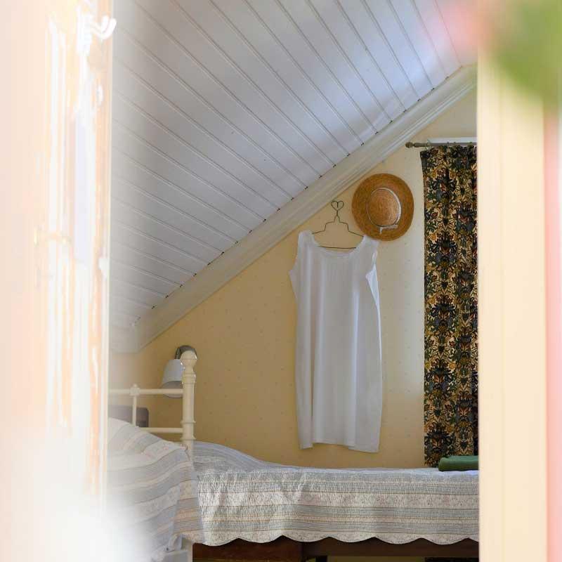 Vaalean keltainen huone